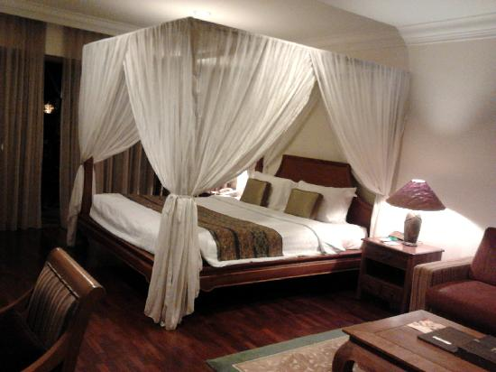 HUGE four poster canopy bed!! - Picture of Cyberview Resort & Spa .