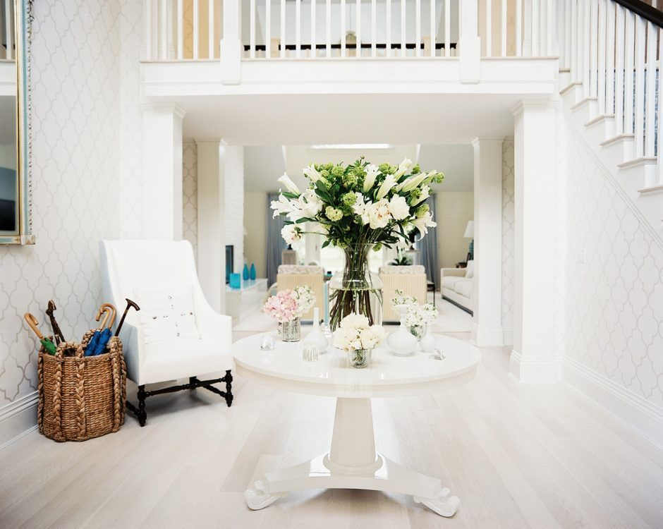 Round Foyer Table With Floral Arrangements | Entry table decor .