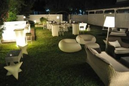 garden bar lounge - Picture of Yades, Athens - Tripadvis