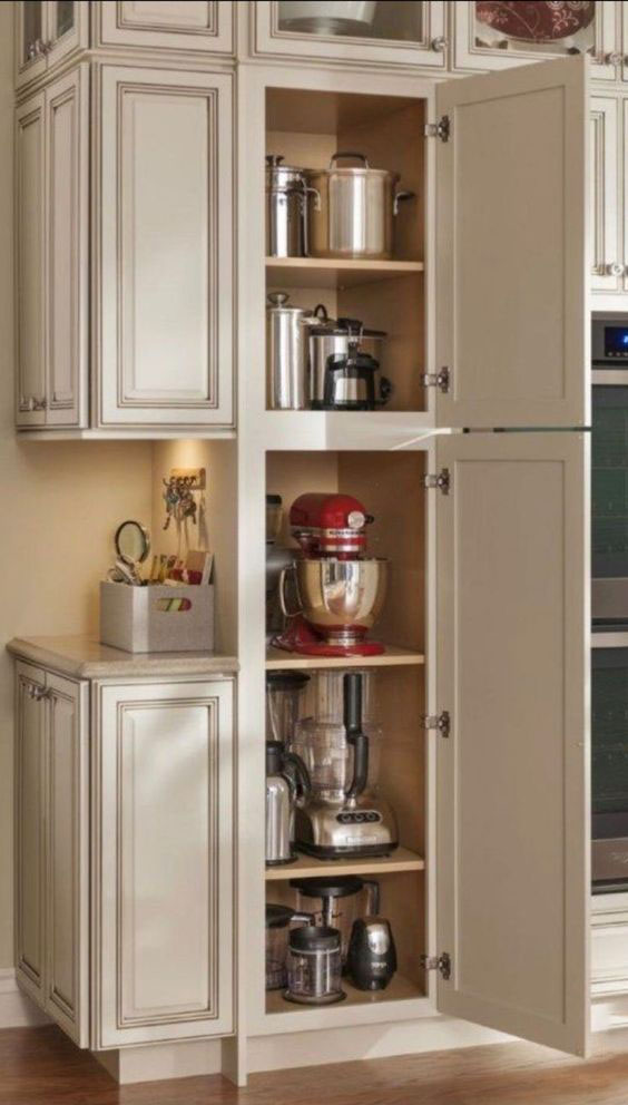 CLEAN AND TIDY KITCHEN WITH STORAGE SKILLS - Bre