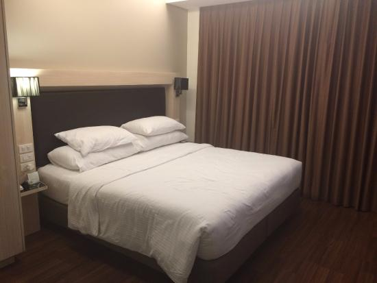 4 pillows on a queen size bed - Picture of CityPoint Hotel .